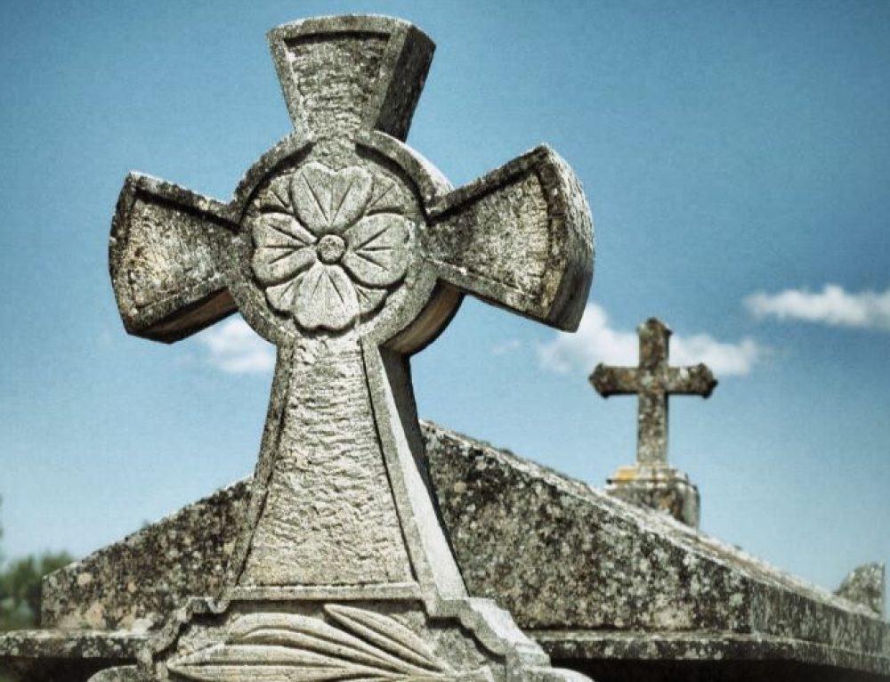 Funérailles : quels objets intimes peut-on placer dans le cercueil ?
