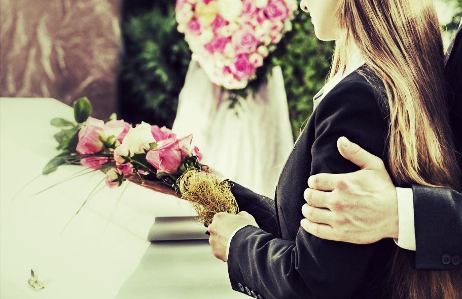 fille devant cercueil pompes funebres