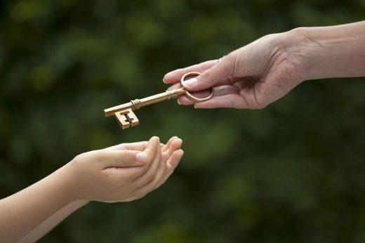 Clé de mains Adulte Enfant illustrant la succession